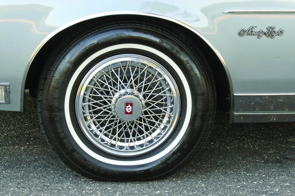 Oldsmobile, wire wheel covers, 15-inch