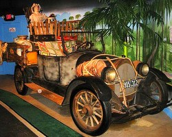 1921 Oldsmobile featured in the movie remake of original television series Beverly Hillbillies.  (Photo credit: Hollywood Star Cars Museum)