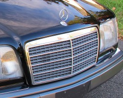 For 1994-1995, hood ornaments were no longer attached the grille, but to the hood itself. The black painted parts surrounding the redesigned grille visible in this picture are actually part of the restyled hood (1995 model shown). Credit: M. Johannsen
