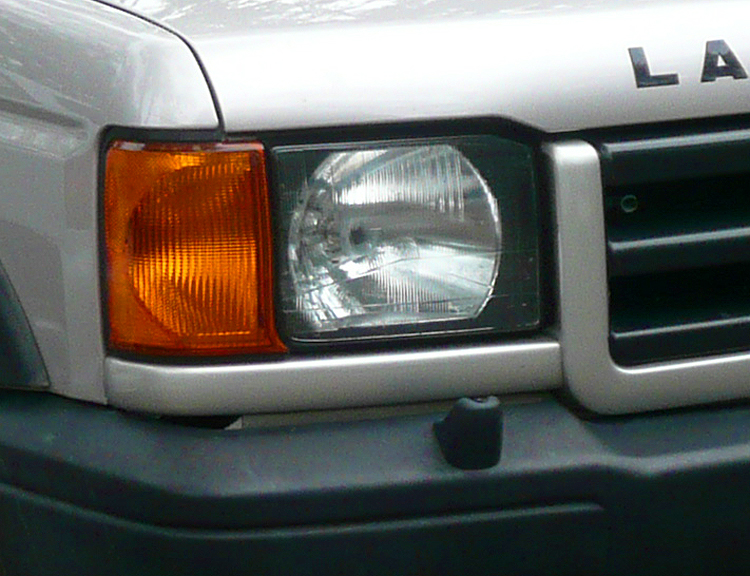 A close look at a 1999 - 2002 Discovery headlight assembly.  '99 model shown.  (Photo credit: O. Green)