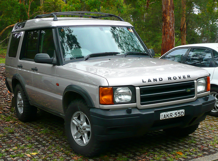 Base Discovery models featured unpainted black plastic front bumper covers, as shown on this '99 model.  Wheels fitted to this particular car are from a prior generation Discovery I.  (Photo credit: O. Green)