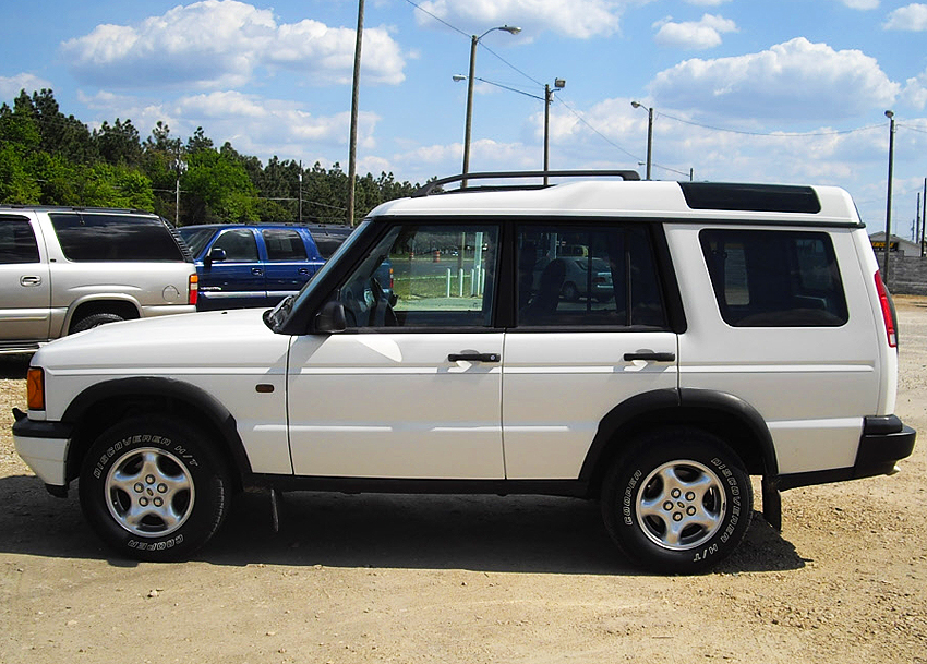1999 - 2002 Discovery left side view.  1999 model shown.  (Photo credit: B. Myers)