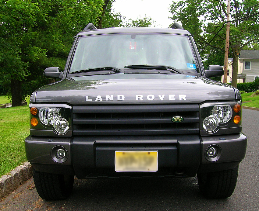 For comparison, the front end view of 2003 - 2004 Discoverys.  Grilles, front bumper covers, foglights, and headlight assemblies were restyled.  Edges of the grille were no longer painted.  (Photo credit: Sean Connor)