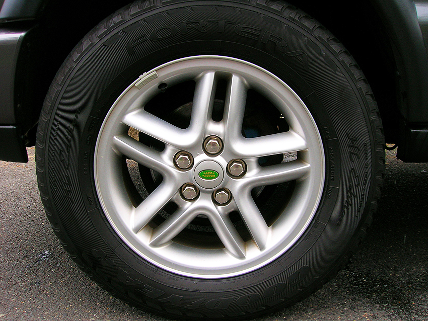 "18 inch ""Hurricane"" aluminum wheel standard on 2002-2004 Discovery SE"