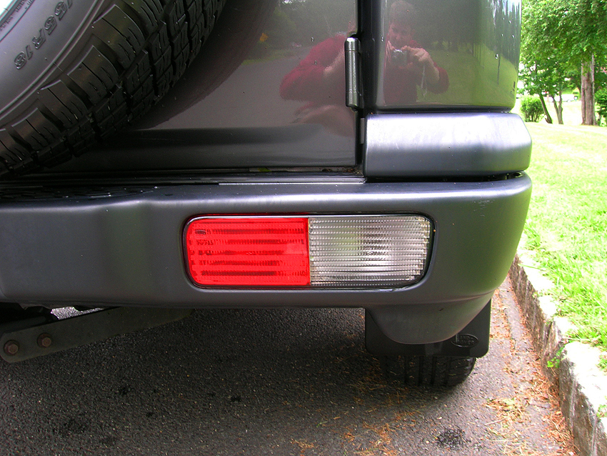 "Reverse lights on 2003 - 2004 Discoverys were located in the bumper.  2004 models no longer featured the ""V8"" logo on the right side of the tailgate.  2004 SE7 shown.  (Photo credit: Sean Connor)"