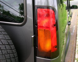 While the overall shape was the same, tail lamps on 2003 - 2004 Discoverys featured this design.  Turn signals were now up high, and reverse lights were moved to the bumper.  2004 SE7 shown.  (Photo credit: Sean Connor)