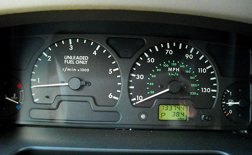 Instrument clusters on 1999 - 2002 Discoverys looked like this.  (Photo credit: D. Anderson)