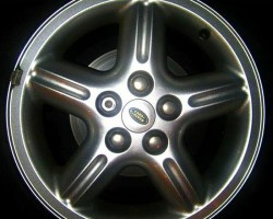 "These 18-inch aluminum wheels were optional on 1999-2000 Discoverys and standard on 2001 SE models.  This design is known as the ""Proline"" wheel.  (Photo credit: B. Sewell)"