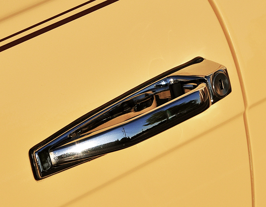 Door handle assemblies were chrome finished on all 450SL and 380SL models.