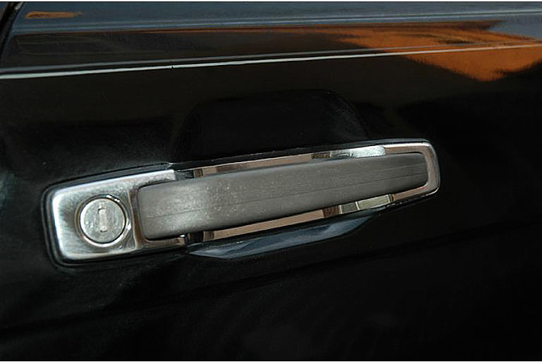 On 1986 models, the door handles were redesigned in dark gray high-strength urethane.