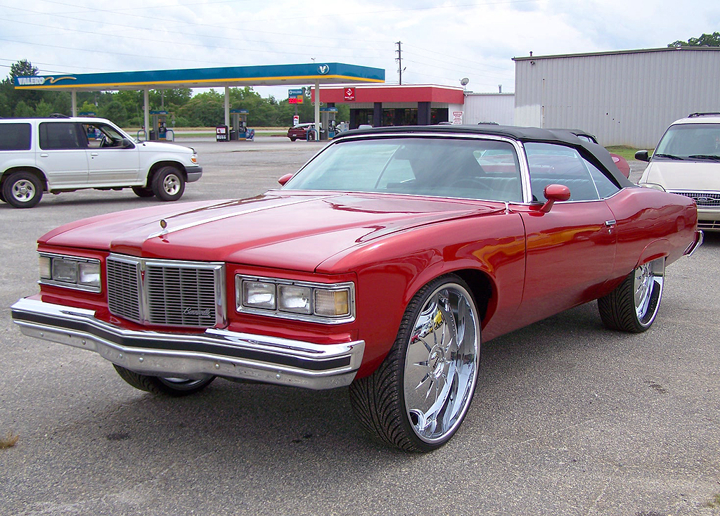 (Alternate DONK)  1975 Pontiac Grand Ville convertible, fitted with a '76 Bonneville grille assembly.