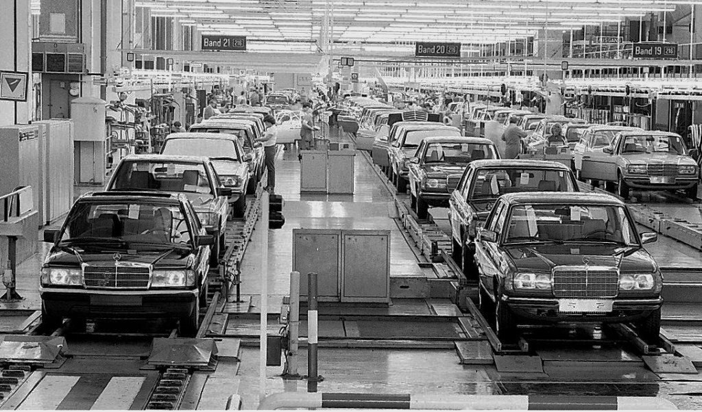 Mercedes assembly line for both the 190E (left) and midsize 240D/300D (right).  This photo would have to have been taken between 1983 and 1985.
